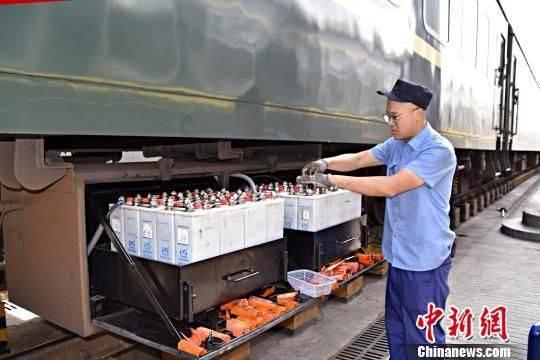 """列车上的""""心肺护理师"""":50℃高温下每日检修空调80台"""