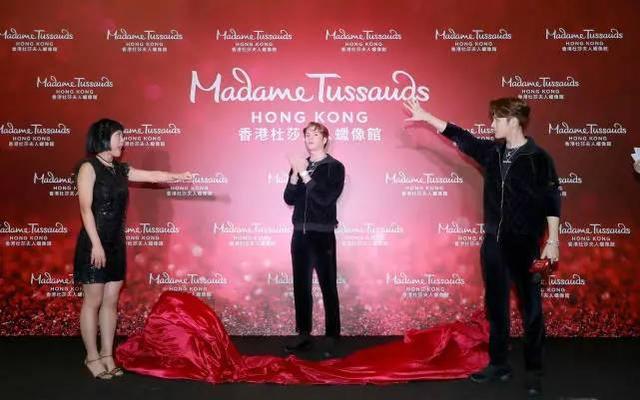 王嘉尔蜡像入驻香港杜莎夫人,自己和蜡像傻傻分不清楚