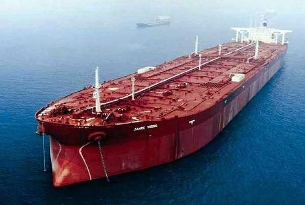 世界最大油轮在波斯湾被击沉,排水量82万吨,堪比8艘航母