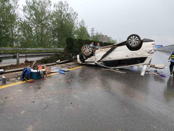 """穿越了?安阳一高速出现""""灵异""""事件,雨中两车相撞,其中一辆""""消失""""了"""