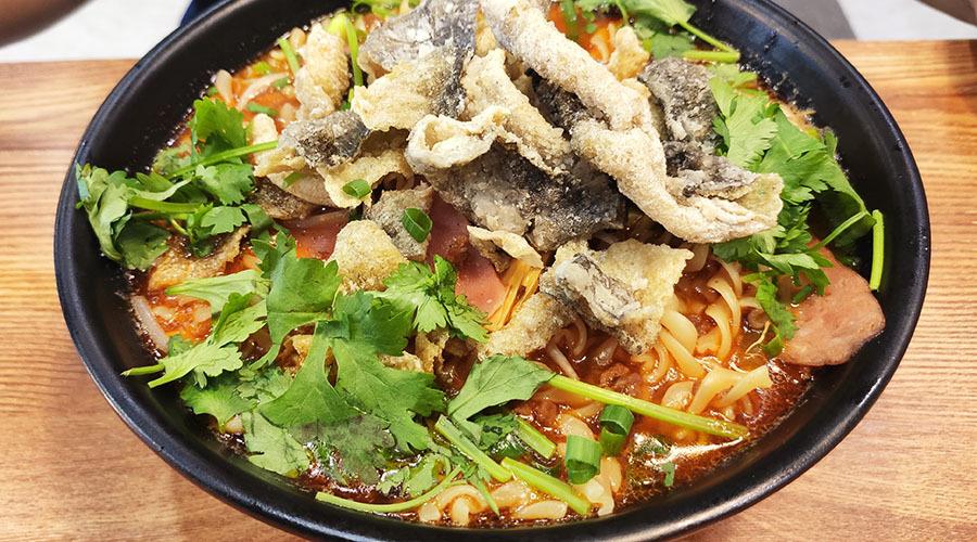 把意大利面泡进肉酱米线汤里,再加份炸鱼皮,这组合绝了!