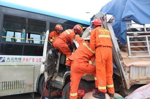 惊险!云南一满载乘客的公交车被货车拦腰猛撞,引发4车追尾