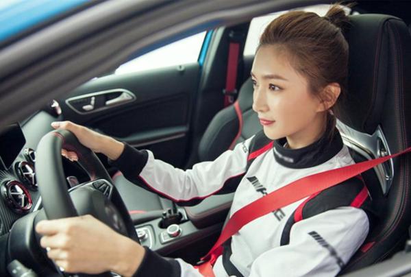 开赛车的女明星真不少,江疏影酷炫刘涛超A龙怡利堪称女舒马赫