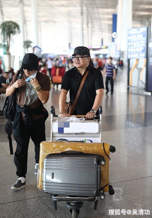 56岁的刘欢亲自推行李车接地气,与郑钧边走边聊心情大好