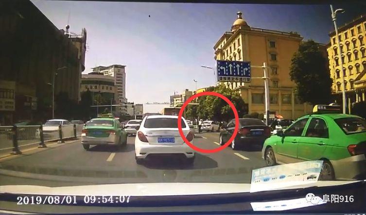 白金汉宫门口,这名交警被后方车辆拍下这一幕!