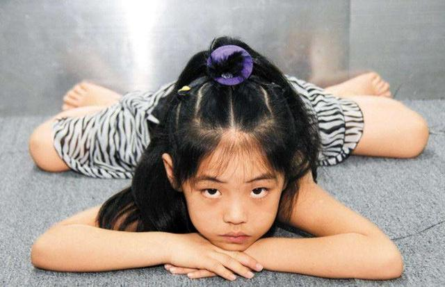 盛夏童模穿羽绒服街拍引争议,家长说是自家私事,利益更重要?