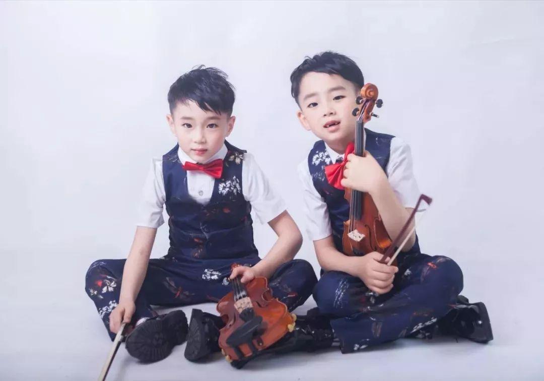 """这位妈妈陪双胞胎儿子练""""钢琴+小提琴""""近"""