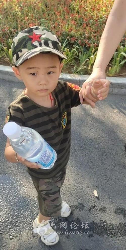 六安5岁男孩烈日下给交警送水