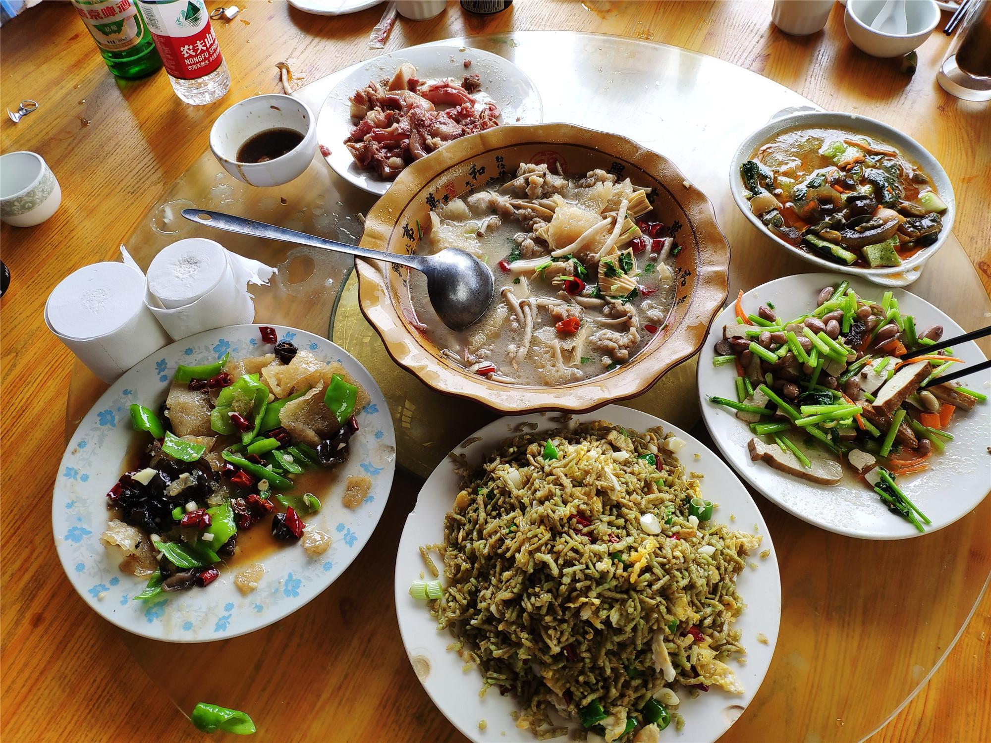 晒晒旅途中吃的路边小店,6道菜130元,量大味美,一车人全吃嗨了