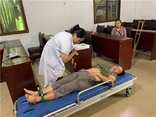 洪雅柳江中心卫生院对贫困户人员进行免费健康体检