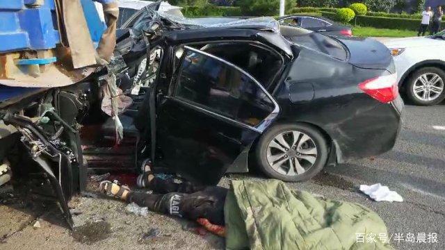 今早机场附近,网约车拉着一对出游母女撞上环卫车,司机不幸身亡