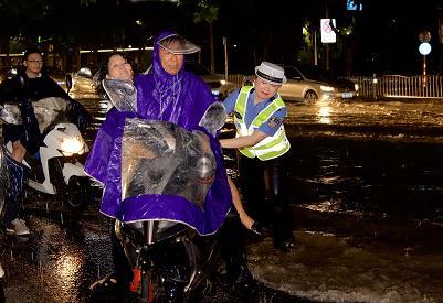 女民警水中搀扶摔倒的快递员