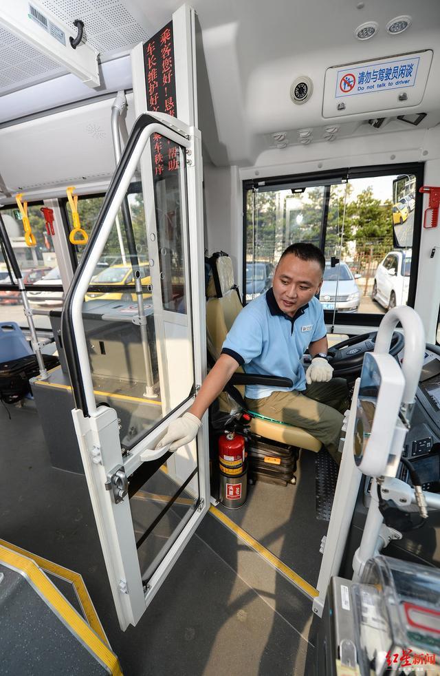 """安排!成都新型公交为司机加装""""单间"""",满满的安全感啊"""