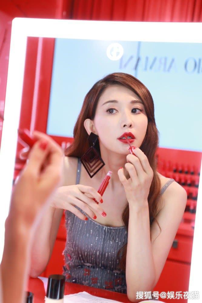 林志玲婚后状态更少女,穿珠花流苏裙对镜涂红唇,还是仙子模样