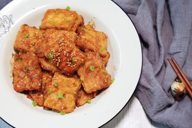 一起回忆杀!铁板香煎豆腐,鲜嫩入味,是学生时代路边摊的味道啊