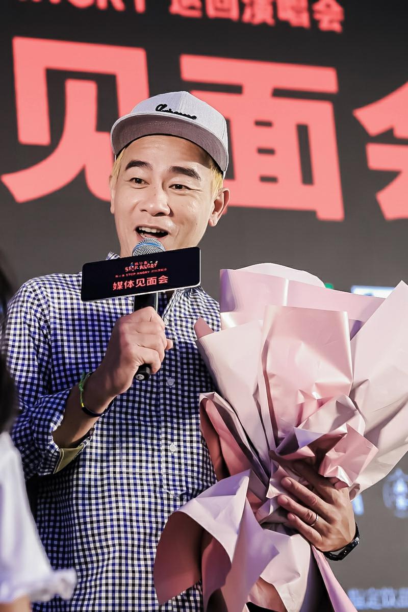陈小春宣传个唱卖萌比心 爆料Jasper正在国外上暑期培训班