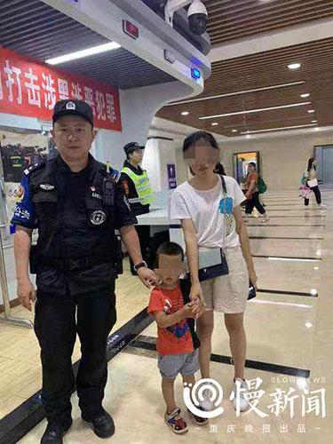 2岁小孩西站走丢抱住警察大腿,蜀黍抱着小孩半小时找到妈妈