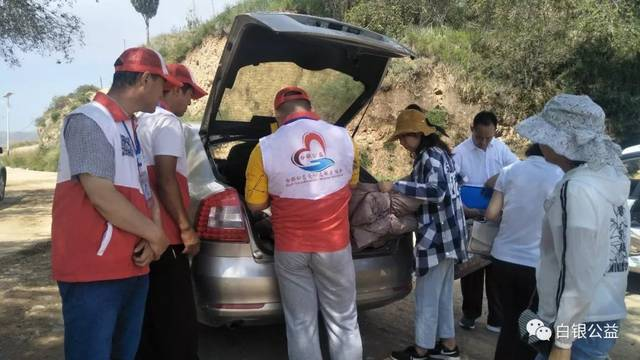 白银市血站联合白银公益爱心志愿者协会 深入皮袋湾村开展扶贫捐助活动