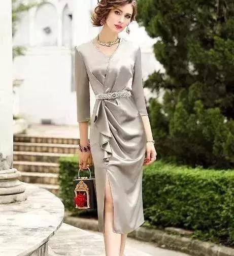 女人到了中年,打扮年轻点,学下面女人穿,比旗袍还显女人味
