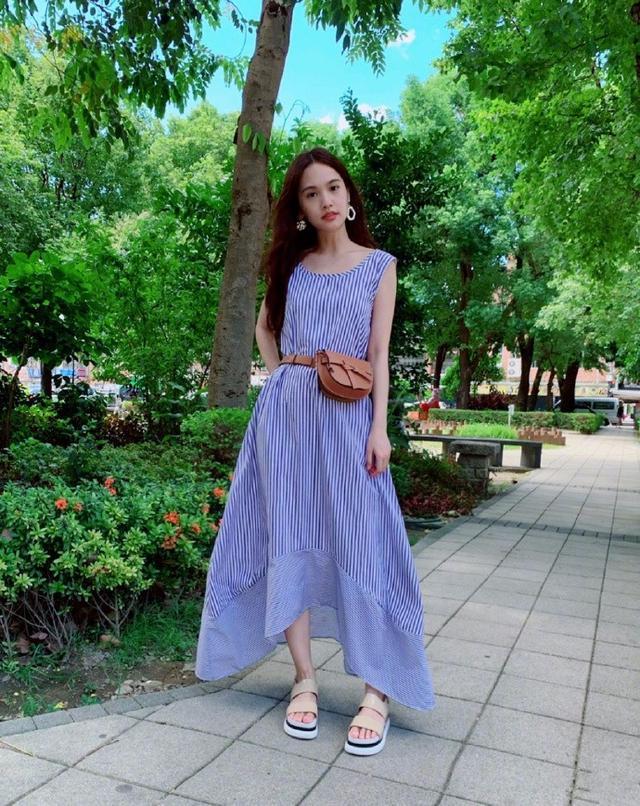 被35岁杨丞琳美到了,腰包+条纹裙清新靓丽,身材比例太惊艳