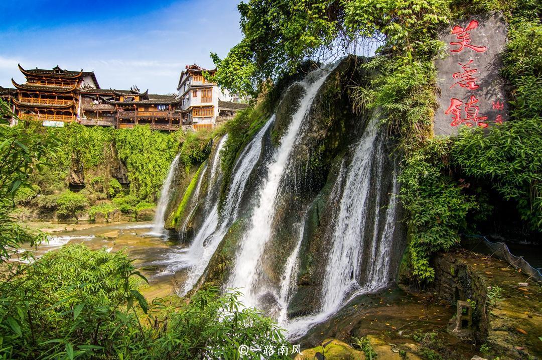 中国唯一建在悬崖和瀑布上的古镇,晚上会变色,就在湖南湘西!