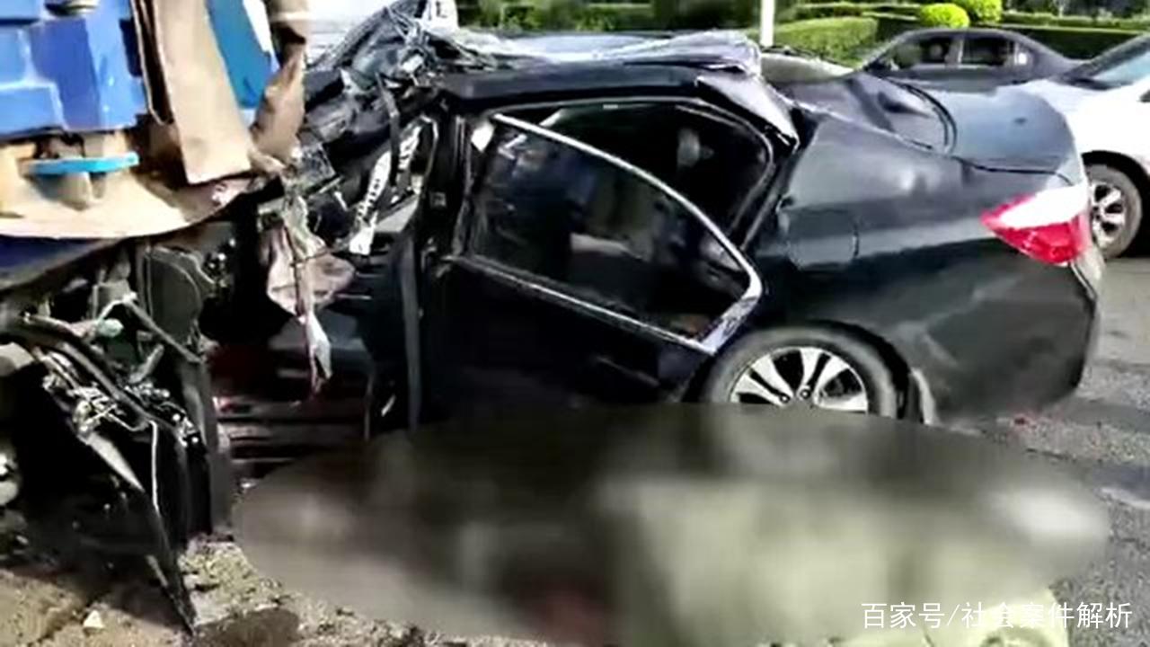 黑龙江省哈尔滨市又发生严重车祸,位于道里区,事故现场一片狼藉