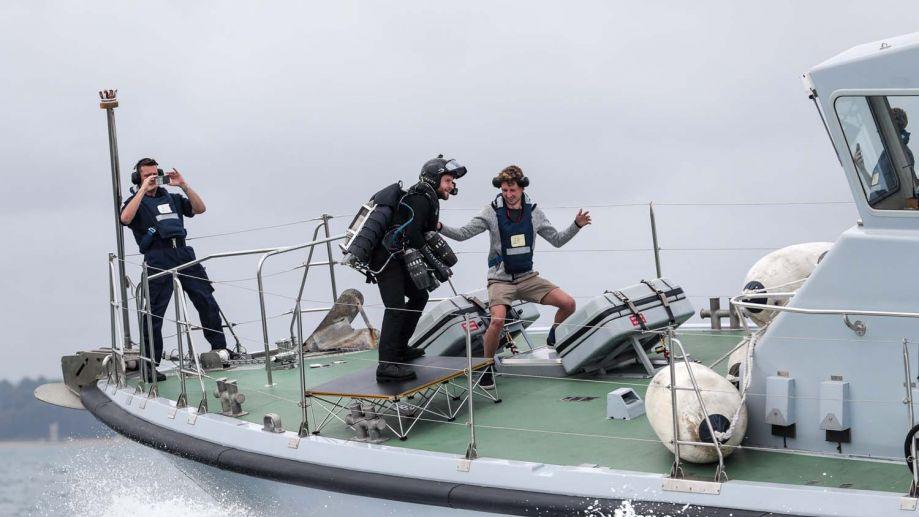 海上钢铁侠!英发明家驾喷气背包降小艇