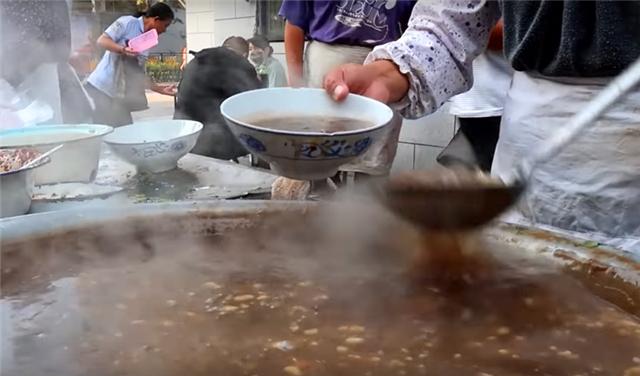 """大妈街头卖""""大锅""""早餐,5元一碗遭哄抢,食客:吃完全身冒汗!"""