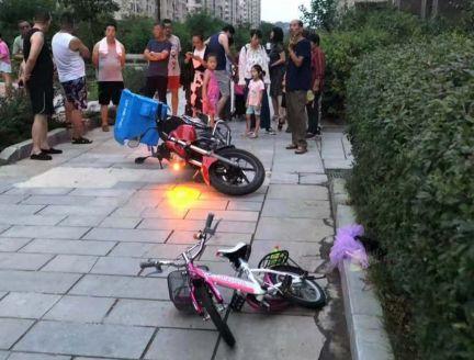 5岁女孩在小区内被外卖摩托撞昏,抢救无效身亡
