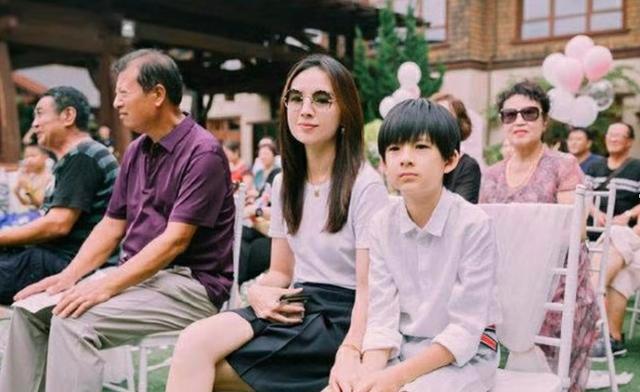 妈妈挑逗儿子操屄屄电影_董洁10岁儿子顶顶罕见曝光,身高直逼妈妈,比爸爸潘粤明还帅