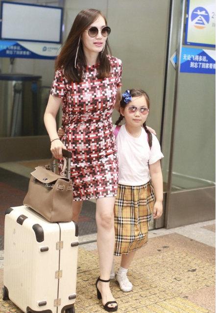 马蓉穿格子连衣裙显富态,与女儿现身机场,面露笑容开心比V