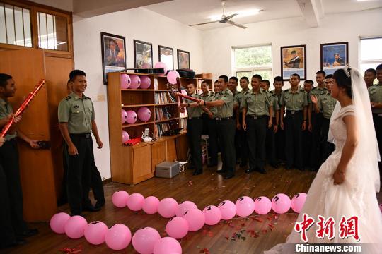 """<b>四川泸州女孩跨越2000公里赴男友部队""""求婚""""</b>"""