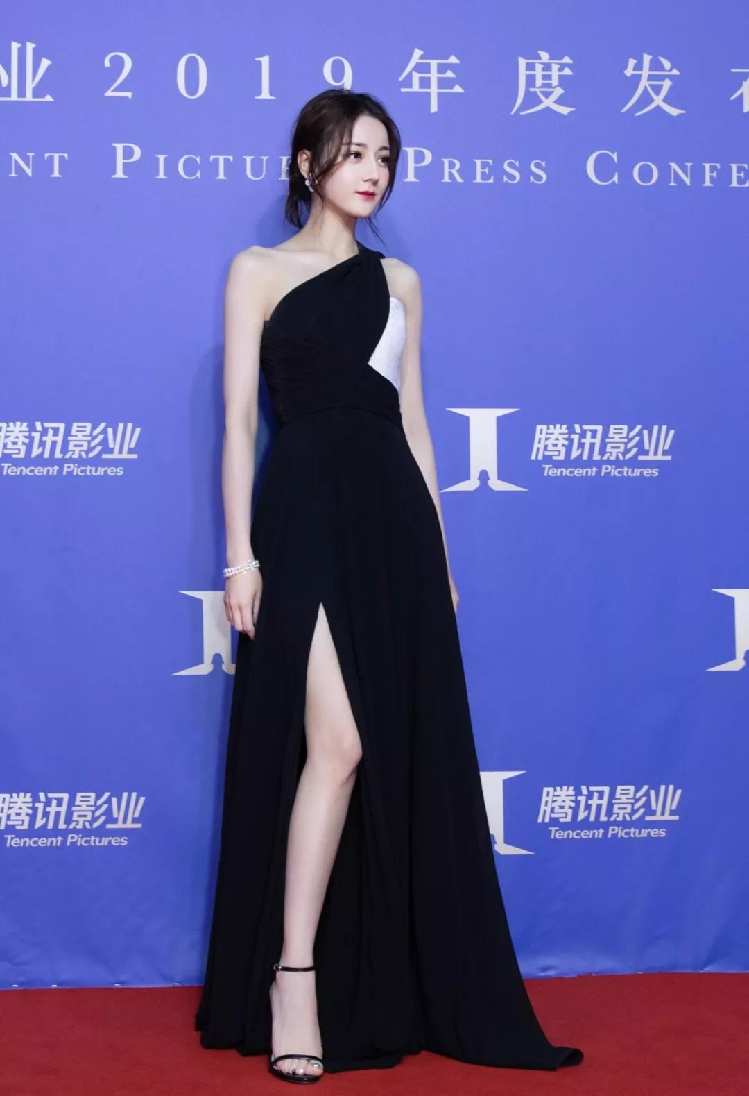 迪丽热巴的高开叉长裙上热搜,高开叉裙突显优越好身材!