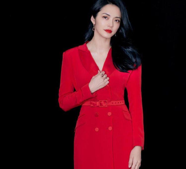 姚晨穿红色长裙亮相电影节,裙摆被打湿仍走出女王气场,温婉又大气
