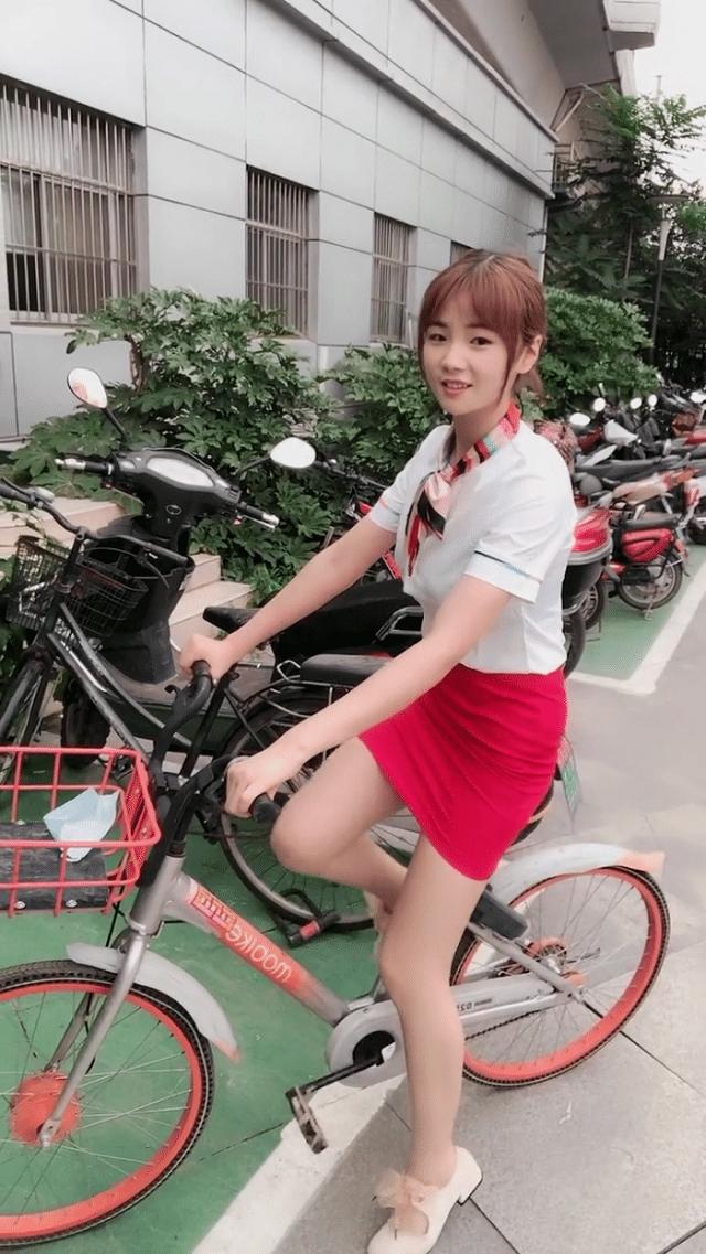 搞笑GIF趣图:妹子,你出门匆忙穿错衣了吧?这样骑单车有点尴尬啊!