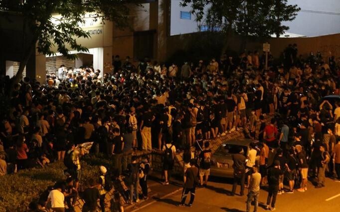 被千名示威者包围 香港警长只身踏出警署只为救人