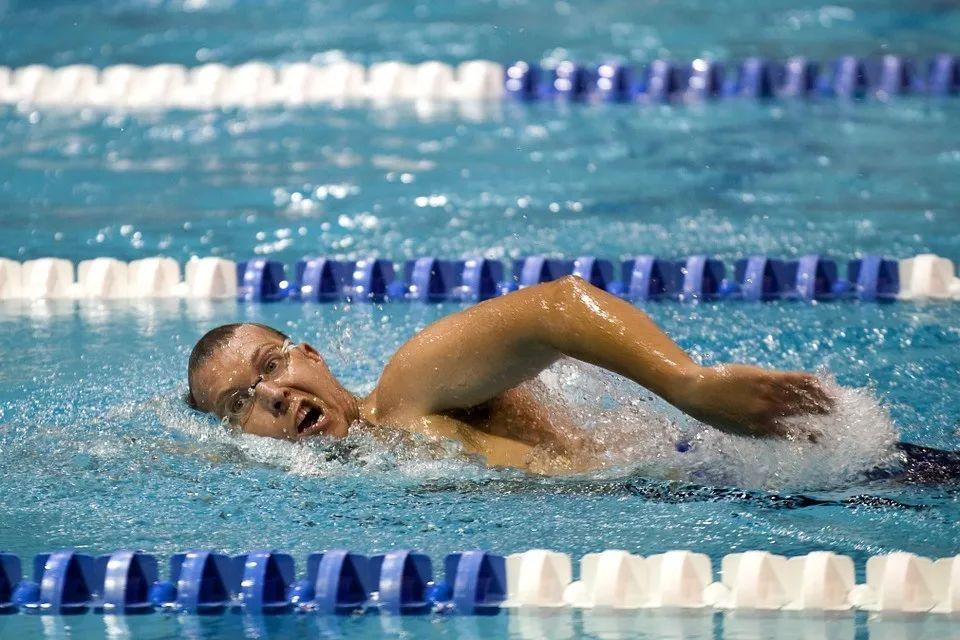 """<b>国家卫生健康委:超半数泳池尿素超标!保护自身健康,游泳之前要""""四看""""!</b>"""
