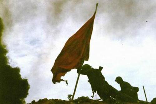 越兵叫嚣: 中国佬大草包, 他怒将红旗插上老山峰顶死也保持着冲锋