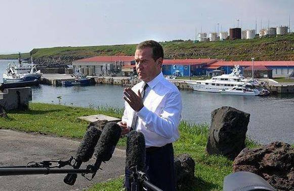 俄总理再登北方四岛,当场一句话让日心碎!日还敢说3天夺回?