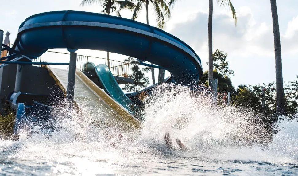 吓人!水上乐园掀起巨浪导致44人受伤!