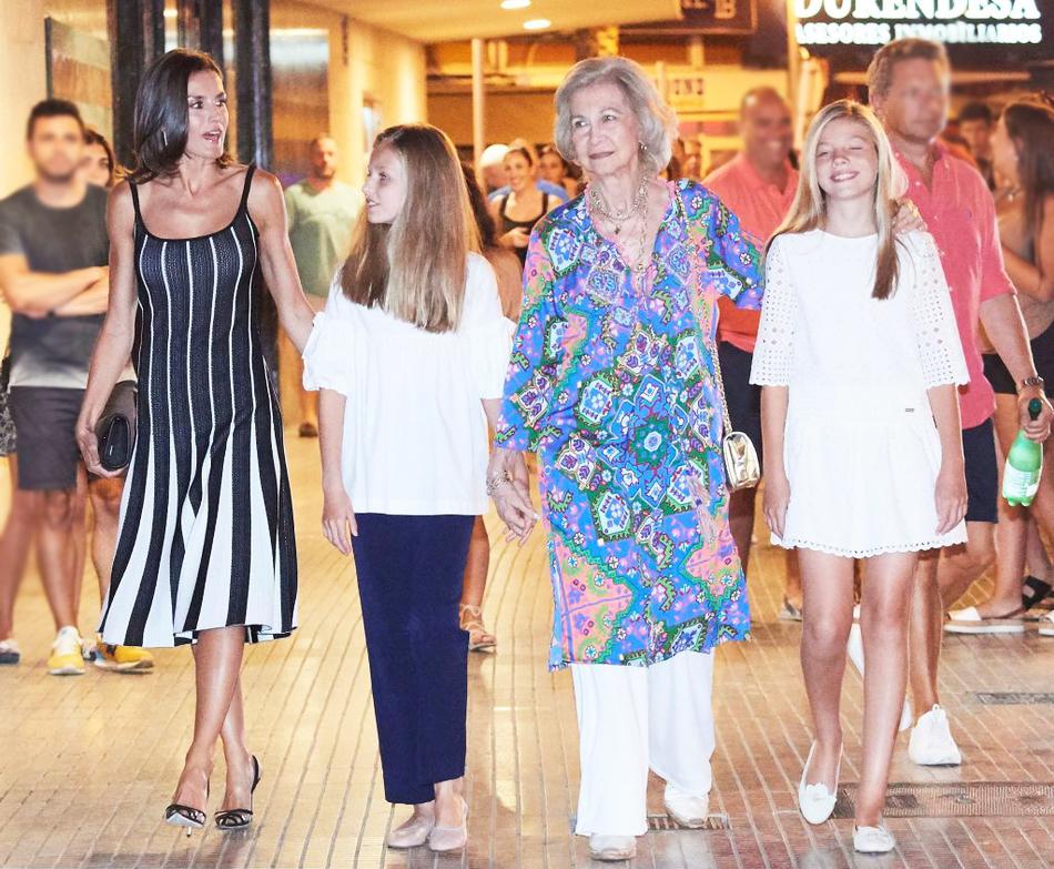 原创 西班牙王后穿吊带裙和婆婆同框,两女儿金发白衣,遗传妈妈好基因