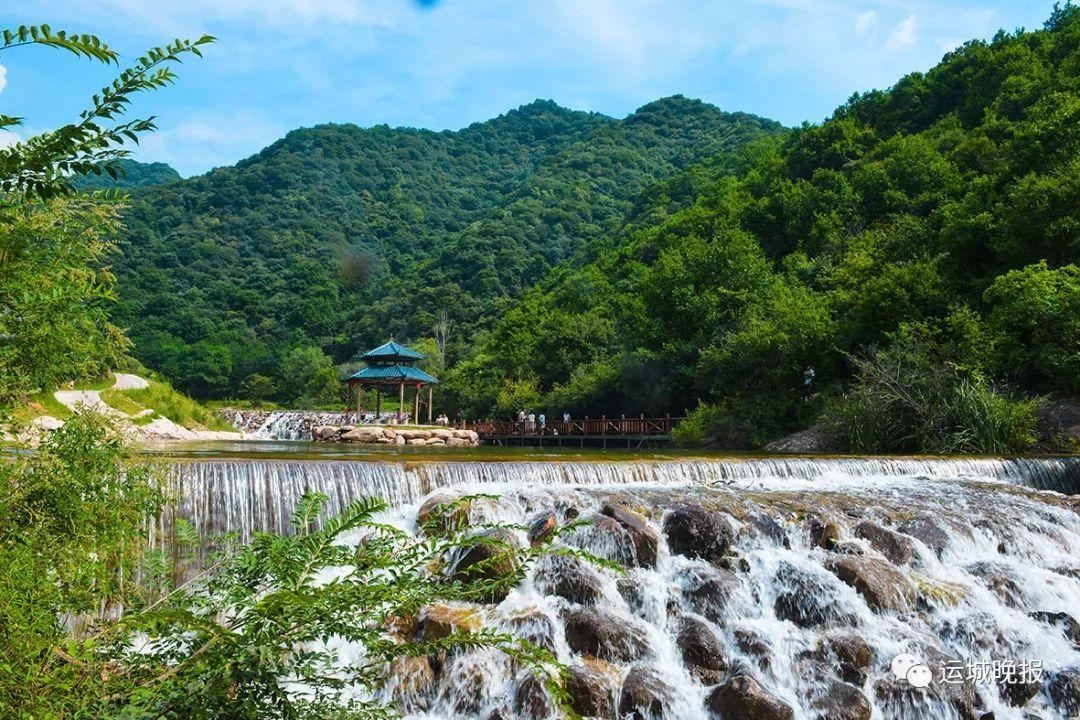 """位于绛县磨里镇小北山,具有""""雄,险,幽,奇,秀""""的特点."""