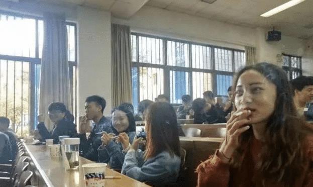 大学烟草专业的学生上课,全班女生叼着烟,网友:场面壮观