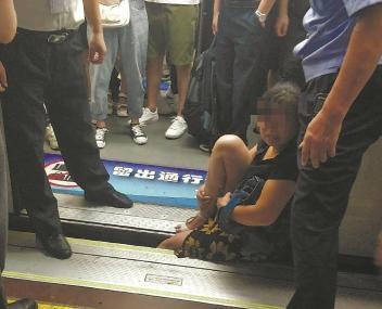 "<b>沪地铁又现站台""咬人""有站台缝隙超15厘米</b>"