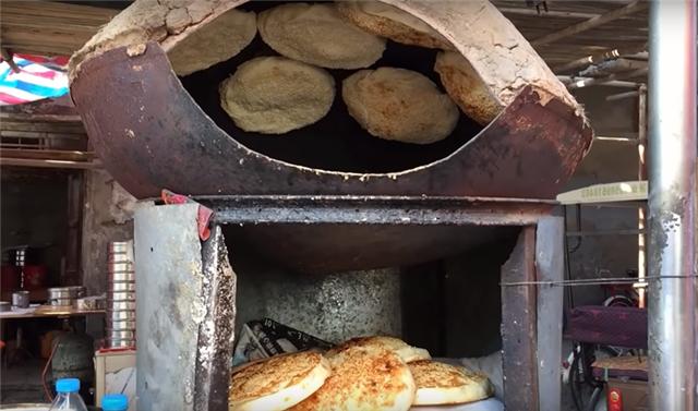 """大叔街头卖""""掉渣""""小吃,5元一个遭哄抢,食客:冲着烤炉来的!"""