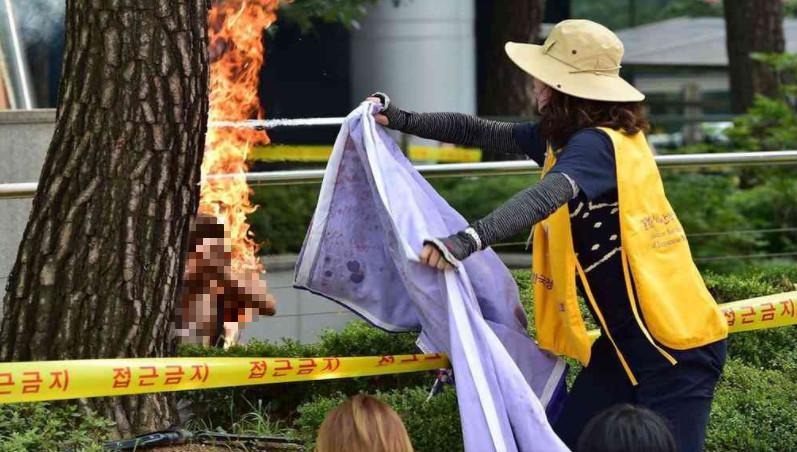 <b>韩日关系紧张,韩国首尔一名男子自焚抗议</b>