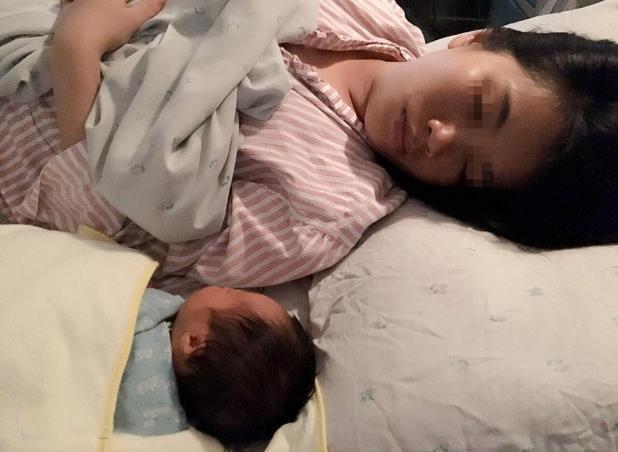 """小宝宝睡觉时,为什么都是统一的""""投降式""""睡姿,需要干涉吗?"""