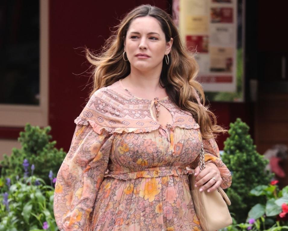 140斤微胖女神现身伦敦街头,一条宽松长裙,呈现出圆润之美