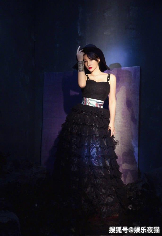 柳岩晒私服照,一袭低领黑色蛋糕裙配大红唇,尽显成熟女人味