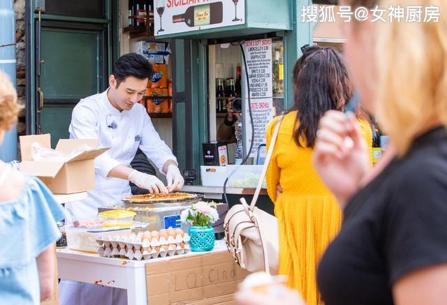 《中餐厅3》囧态百出,黄晓明做煎饼力挽狂澜,单手打鸡蛋太帅了